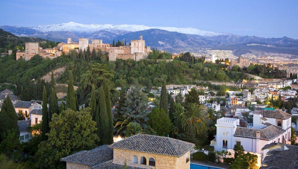 Vista de la Alhambra y Sierra Nevada desde el barrio del Albaicín